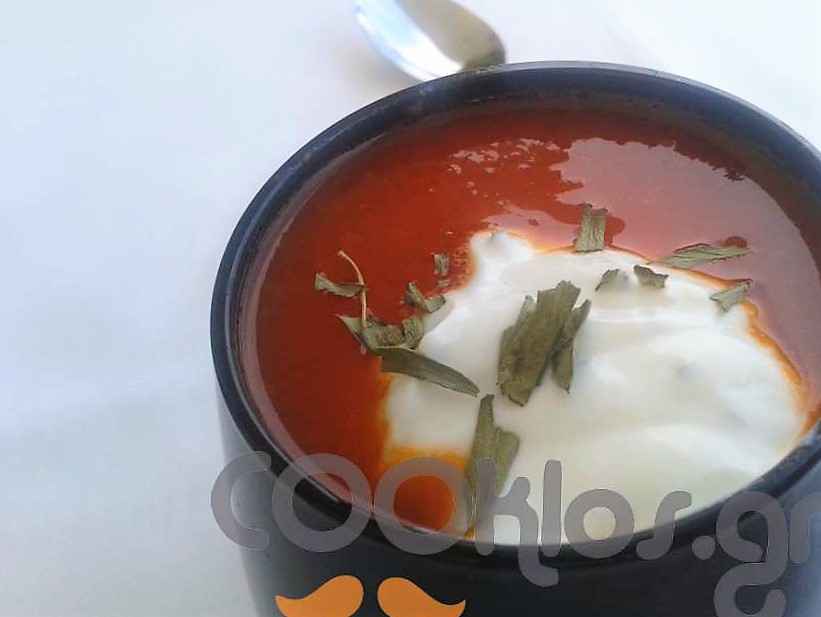 Δροσερή ντοματόσουπα με σως εστραγκόν