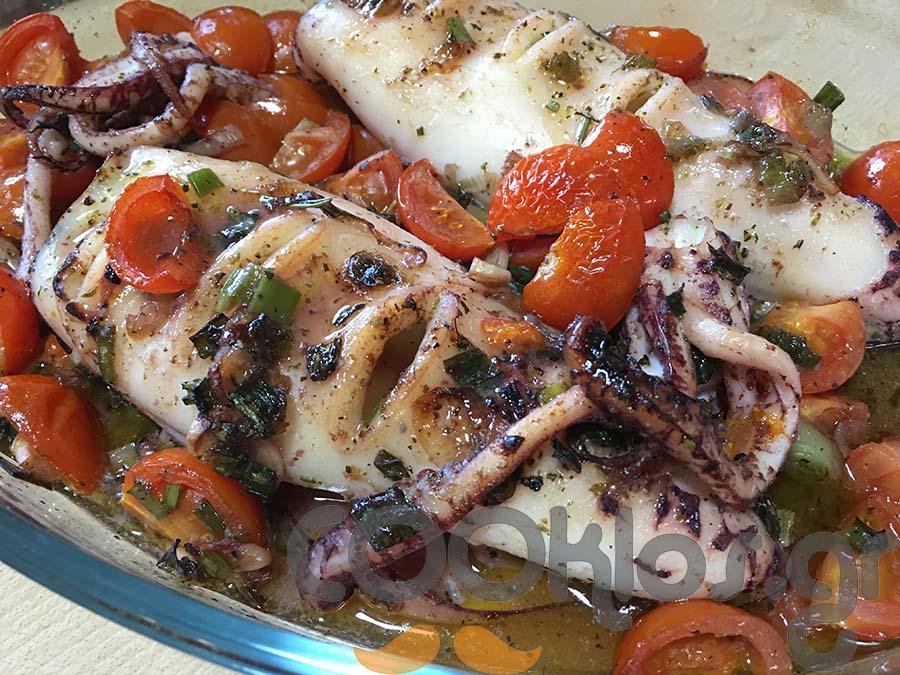 Καλαμάρια ψητά στο φούρνο με αρωματικά και φρέσκο κρεμμυδάκι