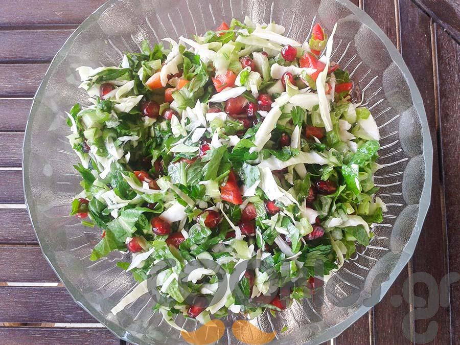 Λάχανο μαρούλι σαλάτα με ρόδι