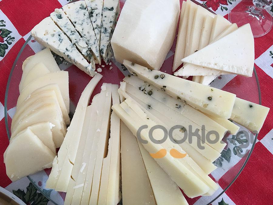 Ποικιλία με ελληνικά ιδιαίτερα τυριά και μπλέ τυρί