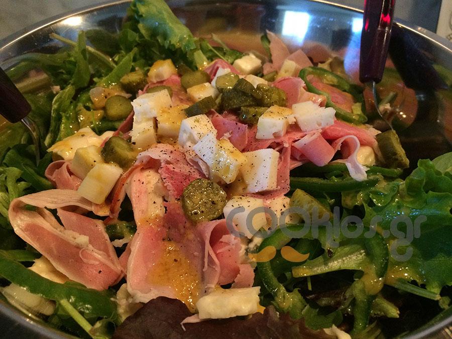 Πράσινη σαλάτα με προσούτο και κασέρι