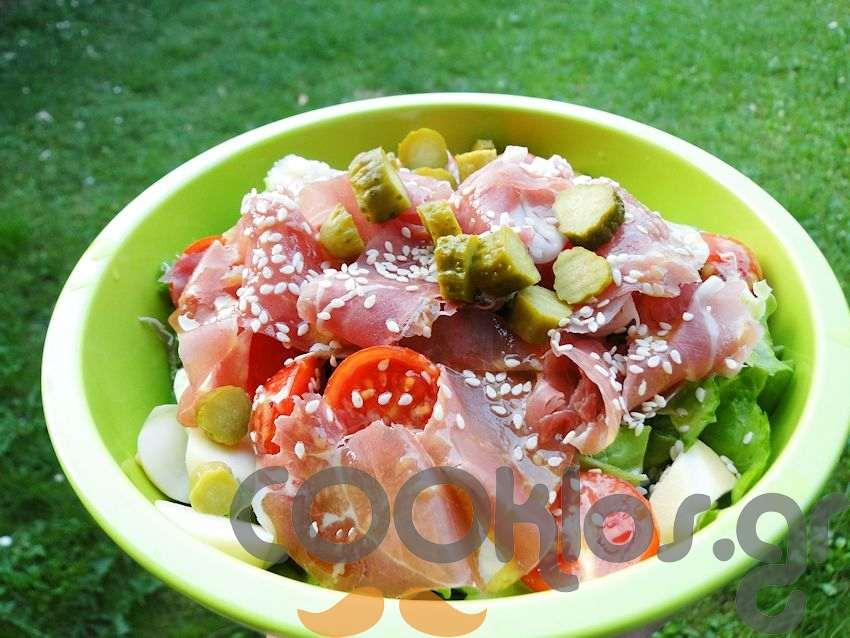Πράσινη σαλάτα με προσούτο, μετσοβόνε και σουσάμι