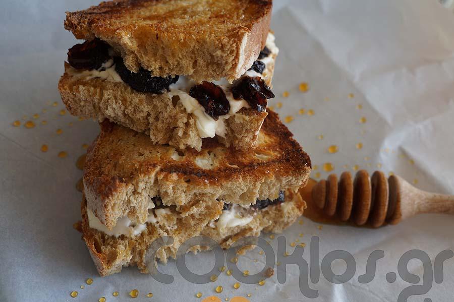 Ψητό σάντουιτς με τυρί κρέμα και κράνμπερι