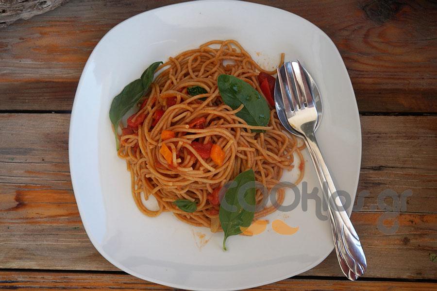 Σπαγγέτι ολικής άλεσης με πικάντικη σάλτσα ντομάτας