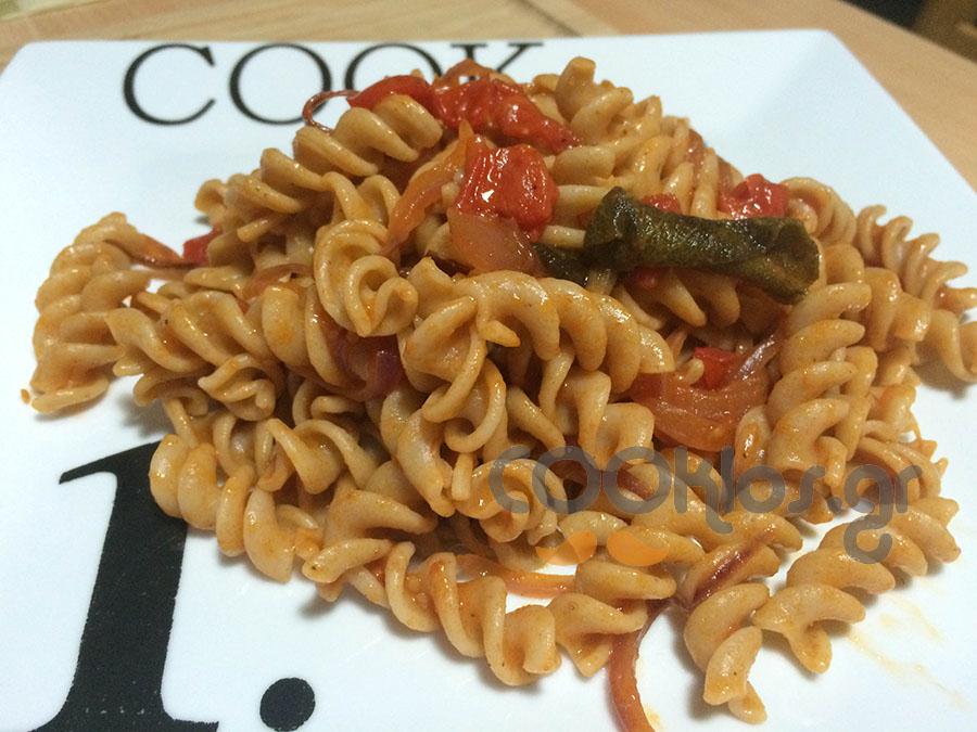 Ζυμαρικά ολικής άλεσης με σάλτσα κρεμμυδιού και φασκόμηλο