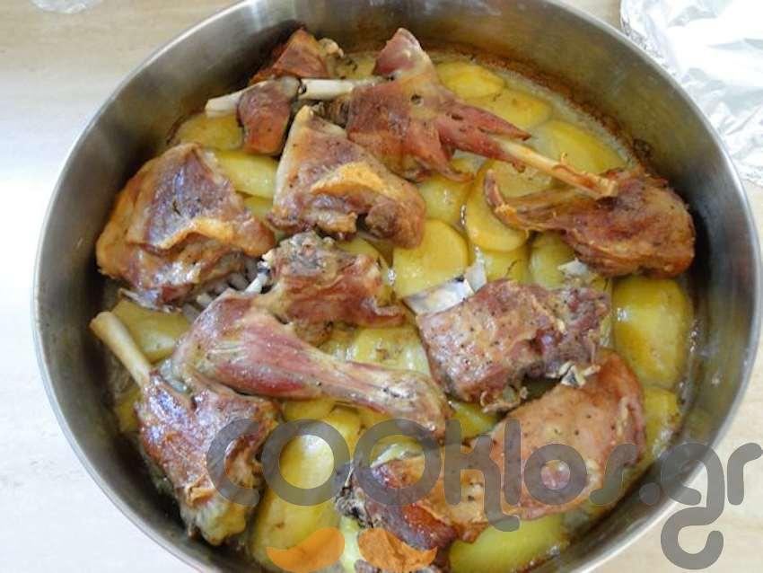 Κατσικάκι με πατάτες στο φούρνο