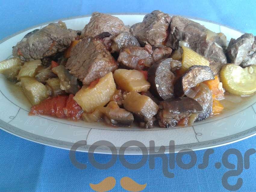 Μοσχαράκι στη γάστρα με λαχανικά
