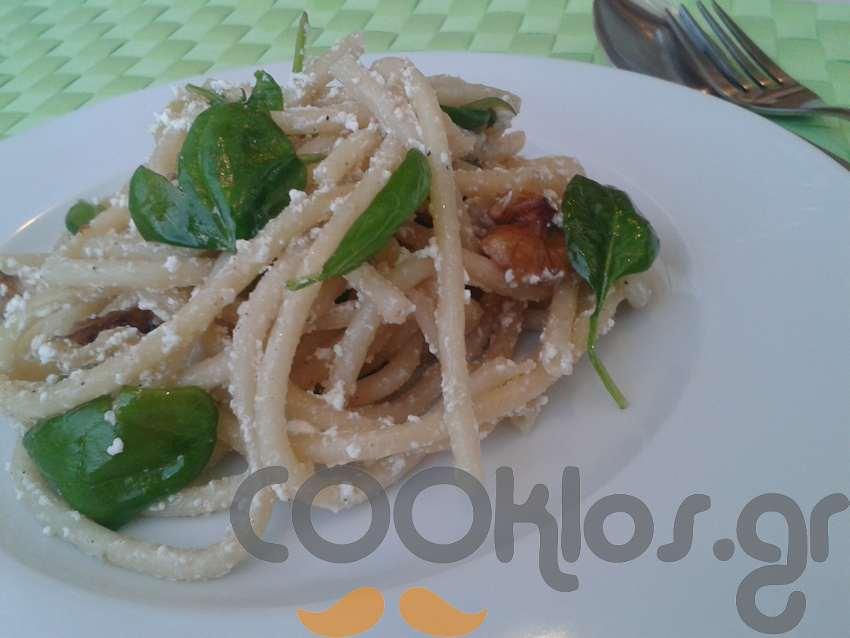 Μπουκατίνι με σπανάκι και καρύδια