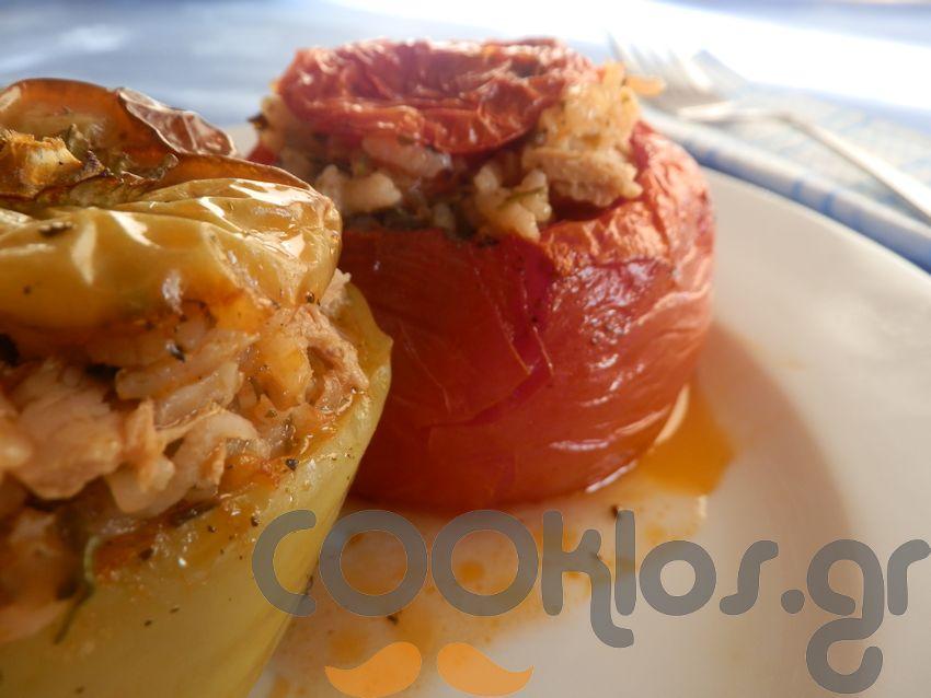 Ντομάτες και πιπεριές γεμιστές με τόνο