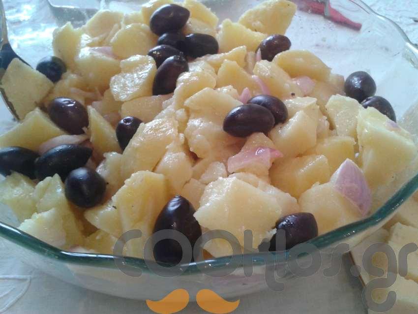 Πατατοσαλάτα με ελιές και κρεμμύδι