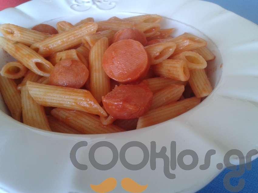Ριγκατόνι με κόκκινη σάλτσα και λουκάνικο Φρανκφούρτης