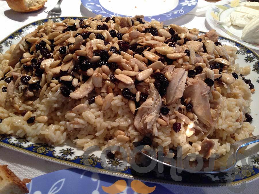 Πιλάφι με κοτόπουλο, σταφίδες και αμύγδαλα