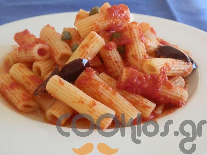 Ριγκατόνι σε κόκκινη σάλτσα πάπρικας με κάπαρη κι ελιές