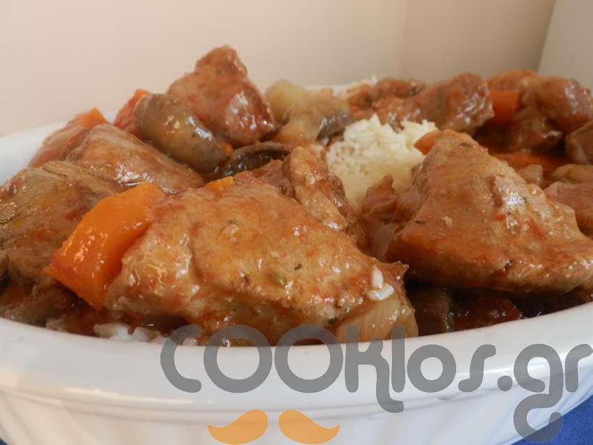 Χοιρινό με κρεμμυδάκια στιφάδο και μανιτάρια