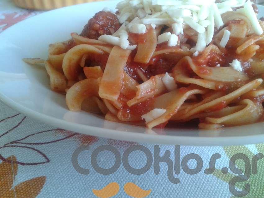 Χυλοπίτες με κόκκινη σάλτσα και χωριάτικο λουκάνικο