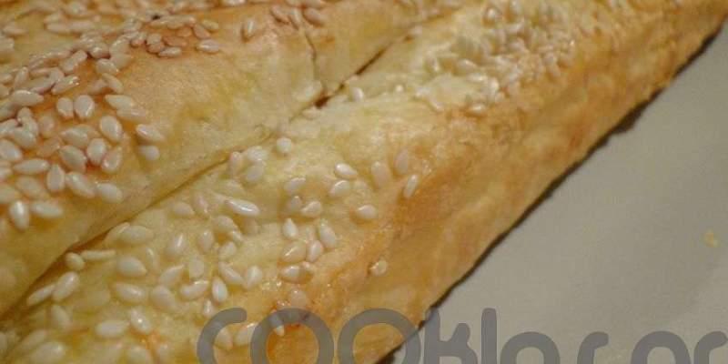 Γρήγορη τυρόπιτα πασπαλισμένη με σουσάμι