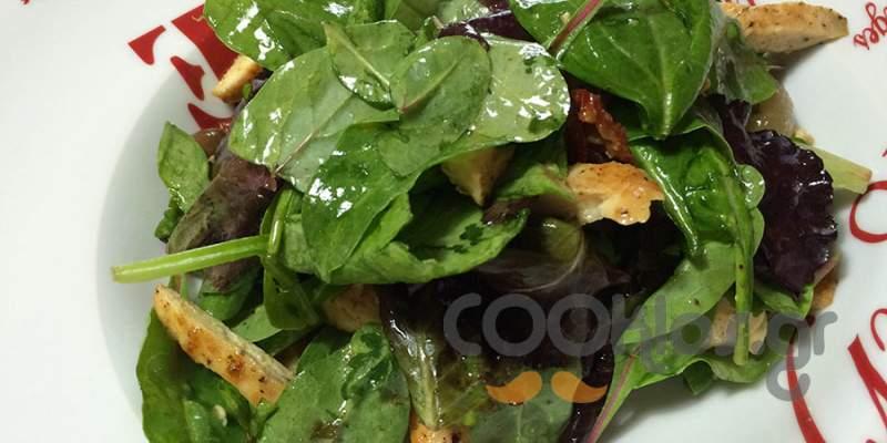 Κοτοσαλάτα με κρεμμυδάκια τουρσί και ελιές