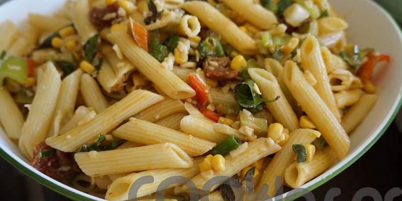 Μακαρονοσαλάτα με μυρωδικά, λαχανικά και λιαστή ντομάτα