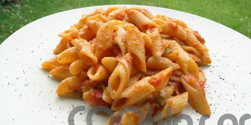 Πένες ριγέ με κόκκινη σάλτσα και φρέσκα κρεμμυδάκια