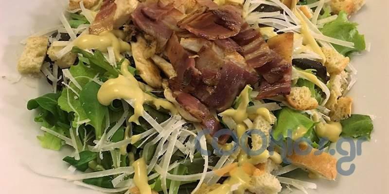 Πράσινη σαλάτα με κοτόπουλο και μπέικον