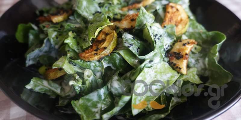 Σπανάκι σαλάτα με πικάντικα κολοκυθάκια και μαύρο κύμινο