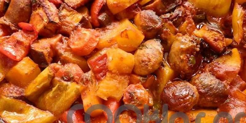 Χωριάτικα λουκάνικα με λαχανικά στο φούρνο