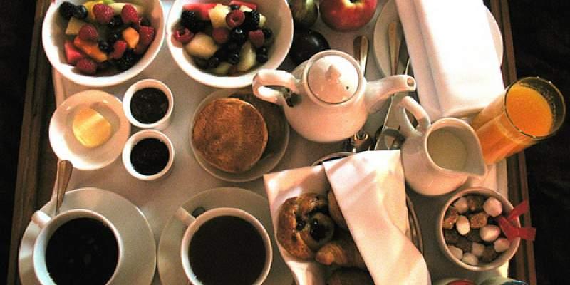 Γλυκό ή αλμυρό; Το πρωινό στο κρεβάτι πρέπει να έχει και από τα δύο