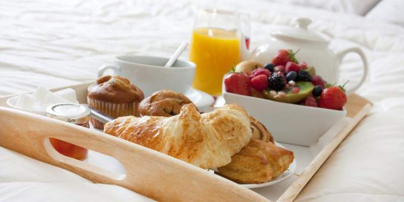 Πρωινό στο κρεβάτι μετά από ξενύχτι