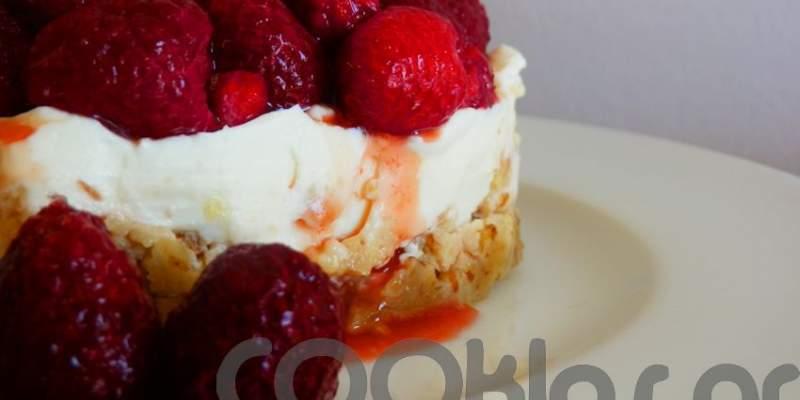 Τσιζκέικ με βάση από καρύδια και επικάλυψη από σμέουρα (Cheesecake)
