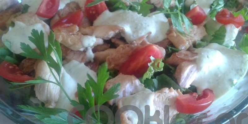 Σαλάτα με ψητό κοτόπουλο και μπέικον