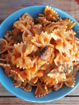 Φαρφάλες με κόκκινη σάλτσα και λαχανικά