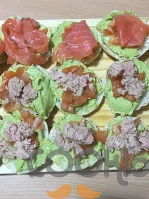 Μπρουσκέτες με αβοκάντο, σολομό και τόνο