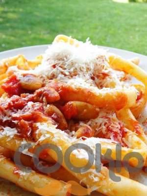 Μπουκατίνι με κόκκινη σάλτσα, αμύγδαλα και παρμεζάνα