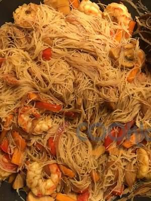 Noodles με λαχανικά και γαρίδες