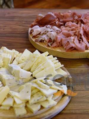 Παρεΐστικη ποικιλία αλλαντικών και τυριών