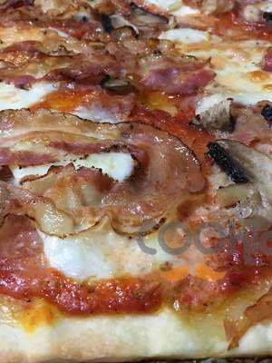 Πίτσα με βουβαλίσια μοτσαρέλα, πορτομπέλο και μπέικον