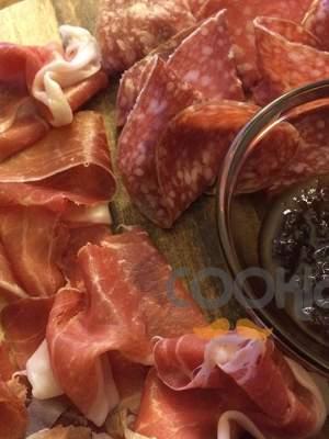 Ποικιλία Ιταλικών αλλαντικών με μαρμελάδα κρεμμύδι