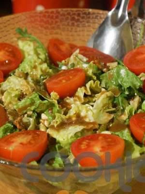 Πράσινη σαλάτα με καρύδια και κρέμα βαλσαμικού φράουλα