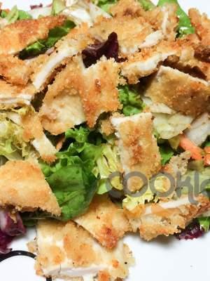 Πράσινη σαλάτα με κοτόπουλο πανέ