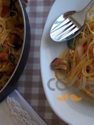 Σπαγγέτι με κόκκινη σάλτσα μελιτζάνας και βασιλικό
