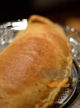 Καλτσόνε με φύλλο σφολιάτας και γέμιση ζαμπόν τυρί