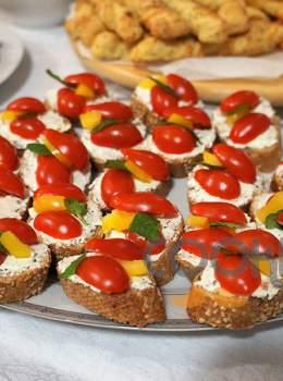 Κροστίνι με τυρί κρέμα και τοματίνια