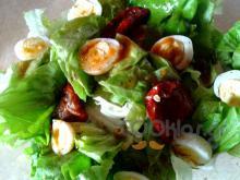 Πράσινη σαλάτα με αυγά ορτυκιού