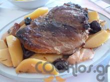 Μπούτι χοιρινό με κυδώνια και δαμάσκηνα