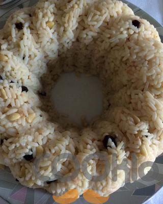 Ρύζι με μαύρες σταφίδες και κουκουνάρι