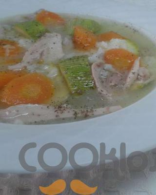Ελαφριά κοτόσουπα με κολοκυθάκια